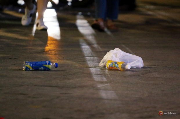 Phố đi bộ Nguyễn Huệ ngập rác, thức ăn thừa sau trận đấu giữa đội tuyển Việt Nam và Malaysia - Ảnh 5.
