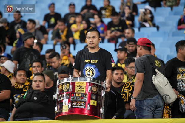 CĐV Malaysia buồn thiu khi đội nhà bại trận tại Mỹ Đình dù trước đó diễu hành thị uy khắp phố cổ Hà Nội - Ảnh 12.