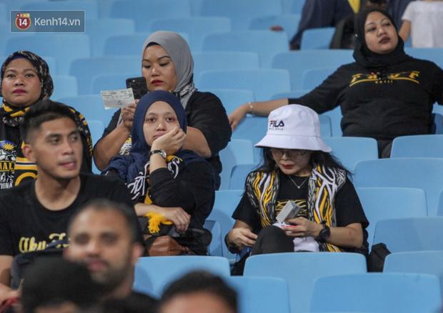 CĐV Malaysia buồn thiu khi đội nhà bại trận tại Mỹ Đình dù trước đó diễu hành thị uy khắp phố cổ Hà Nội - Ảnh 10.
