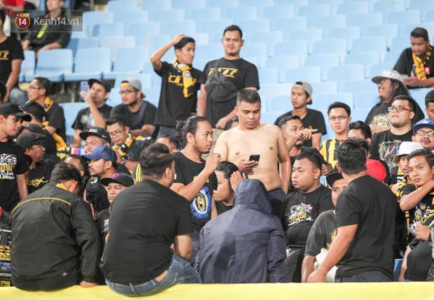 CĐV Malaysia buồn thiu khi đội nhà bại trận tại Mỹ Đình dù trước đó diễu hành thị uy khắp phố cổ Hà Nội - Ảnh 9.