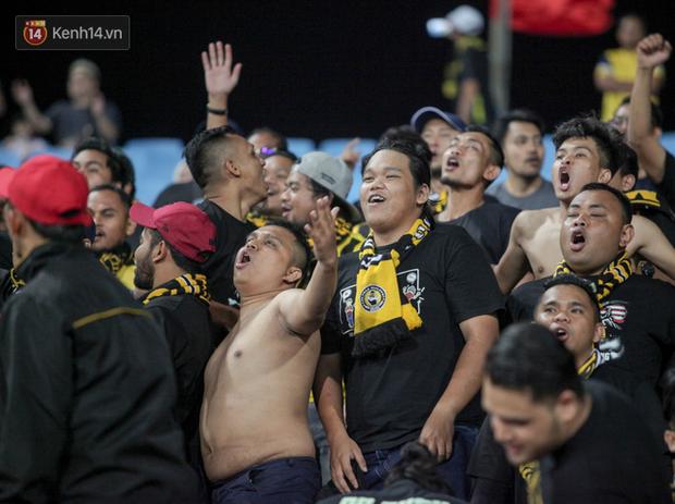 CĐV Malaysia buồn thiu khi đội nhà bại trận tại Mỹ Đình dù trước đó diễu hành thị uy khắp phố cổ Hà Nội - Ảnh 7.