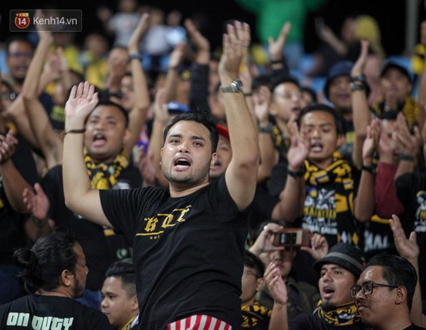 CĐV Malaysia buồn thiu khi đội nhà bại trận tại Mỹ Đình dù trước đó diễu hành thị uy khắp phố cổ Hà Nội - Ảnh 6.