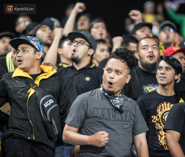 CĐV Malaysia buồn thiu khi đội nhà bại trận tại Mỹ Đình dù trước đó diễu hành thị uy khắp phố cổ Hà Nội - Ảnh 4.