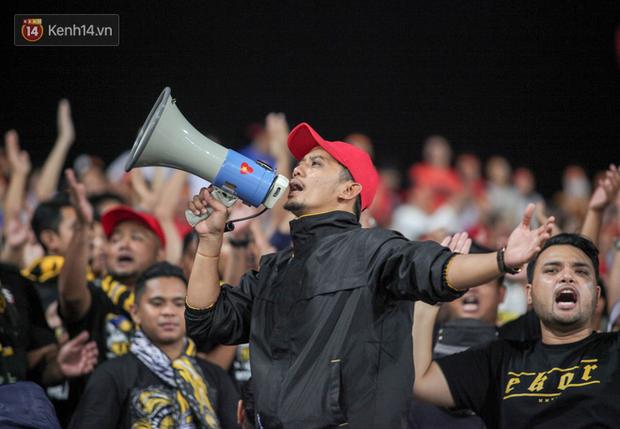 CĐV Malaysia buồn thiu khi đội nhà bại trận tại Mỹ Đình dù trước đó diễu hành thị uy khắp phố cổ Hà Nội - Ảnh 3.