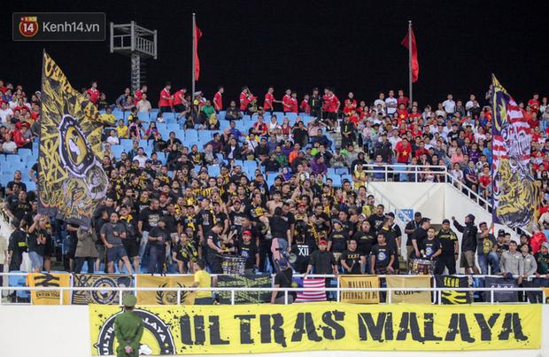 CĐV Malaysia buồn thiu khi đội nhà bại trận tại Mỹ Đình dù trước đó diễu hành thị uy khắp phố cổ Hà Nội - Ảnh 2.
