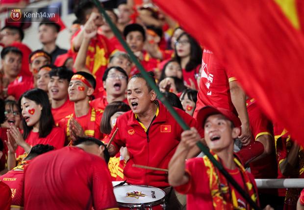 CĐV Malaysia buồn thiu khi đội nhà bại trận tại Mỹ Đình dù trước đó diễu hành thị uy khắp phố cổ Hà Nội - Ảnh 16.