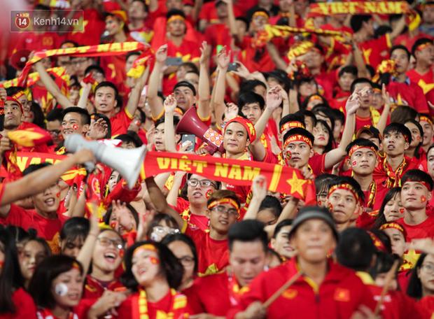 CĐV Malaysia buồn thiu khi đội nhà bại trận tại Mỹ Đình dù trước đó diễu hành thị uy khắp phố cổ Hà Nội - Ảnh 14.