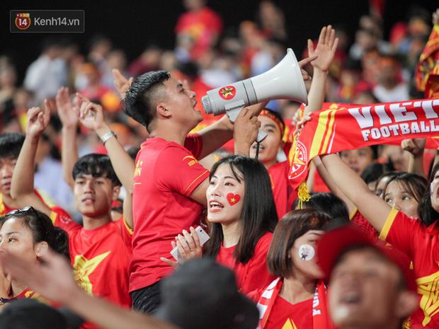 CĐV Malaysia buồn thiu khi đội nhà bại trận tại Mỹ Đình dù trước đó diễu hành thị uy khắp phố cổ Hà Nội - Ảnh 13.