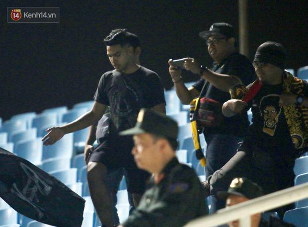 CĐV Malaysia buồn thiu khi đội nhà bại trận tại Mỹ Đình dù trước đó diễu hành thị uy khắp phố cổ Hà Nội - Ảnh 18.