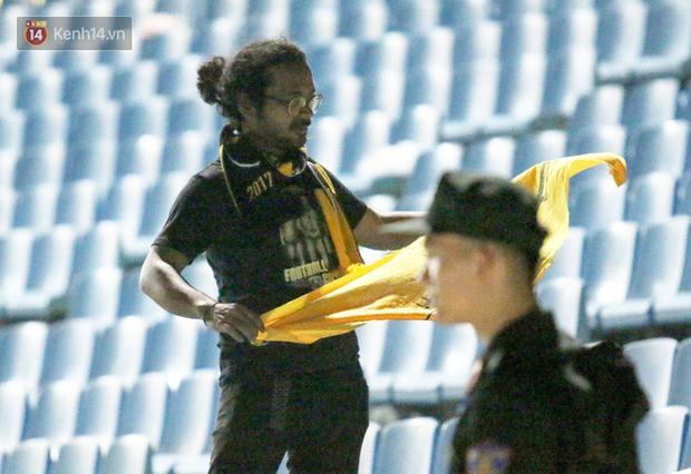 CĐV Malaysia buồn thiu khi đội nhà bại trận tại Mỹ Đình dù trước đó diễu hành thị uy khắp phố cổ Hà Nội - Ảnh 17.