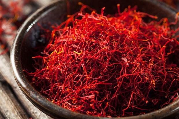 Bí mật thú vị của saffron - gia vị đắt nhất thế giới gần 1 tỷ/kg từng được Nữ hoàng Ai Cập dùng dưỡng nhan  - Ảnh 1.