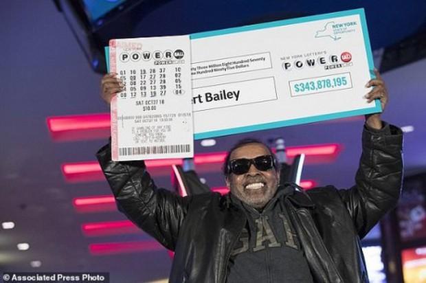 Người đàn ông trúng độc đắc gần 345 triệu USD nhờ đánh cược một dãy số suốt 25 năm - Ảnh 1.