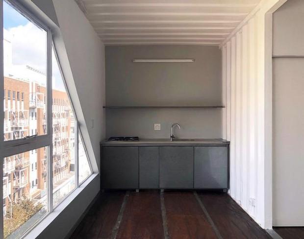 """Tham quan """"khu chung cư"""" độc đáo tại Nam Phi, nơi cư dân sinh sống trong 140 container đầy đủ tiện nghi - Ảnh 1."""