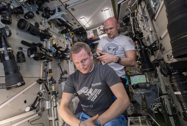 Phi hành gia Mỹ dùng máy ảnh 500 triệu để chụp Trái Đất, nhưng phí ship lên còn đắt tới 3 tỷ đồng - Ảnh 3.