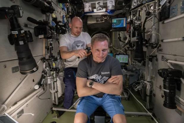 Phi hành gia Mỹ dùng máy ảnh 500 triệu để chụp Trái Đất, nhưng phí ship lên còn đắt tới 3 tỷ đồng - Ảnh 2.