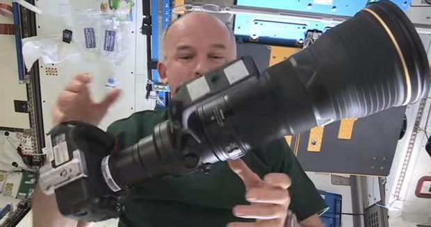Phi hành gia Mỹ dùng máy ảnh 500 triệu để chụp Trái Đất, nhưng phí ship lên còn đắt tới 3 tỷ đồng - Ảnh 1.