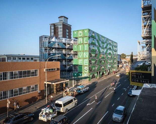 """Tham quan """"khu chung cư"""" độc đáo tại Nam Phi, nơi cư dân sinh sống trong 140 container đầy đủ tiện nghi - Ảnh 3."""