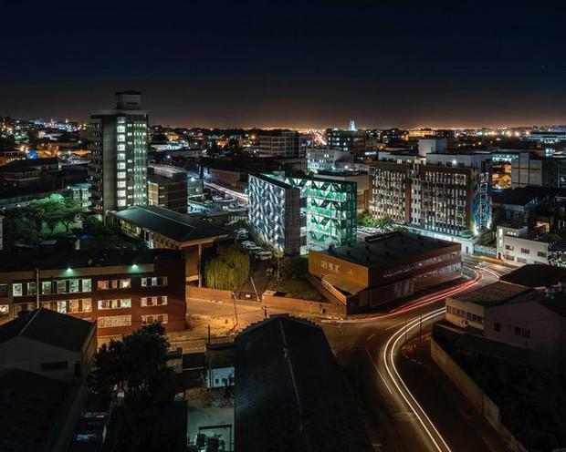 """Tham quan """"khu chung cư"""" độc đáo tại Nam Phi, nơi cư dân sinh sống trong 140 container đầy đủ tiện nghi - Ảnh 7."""