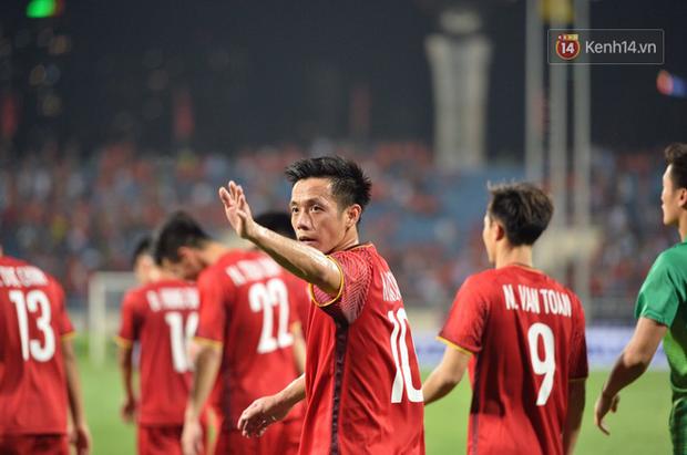 Sau trận đấu giữa Việt Nam và Malaysia, các cầu thủ đứng giữa sân giơ tay chào cảm ơn người hâm mộ kiểu Viking - Ảnh 2.