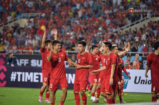 Sau trận đấu giữa Việt Nam và Malaysia, các cầu thủ đứng giữa sân giơ tay chào cảm ơn người hâm mộ kiểu Viking - Ảnh 3.