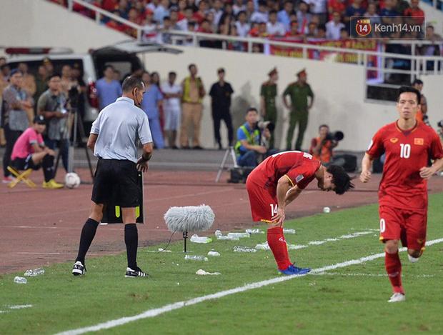 Sau trận đấu giữa Việt Nam và Malaysia, các cầu thủ đứng giữa sân giơ tay chào cảm ơn người hâm mộ kiểu Viking - Ảnh 7.