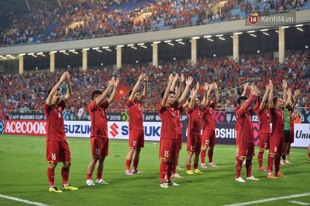Sau trận đấu giữa Việt Nam và Malaysia, các cầu thủ đứng giữa sân giơ tay chào cảm ơn người hâm mộ kiểu Viking - Ảnh 1.