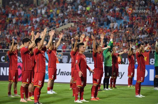 Sau trận đấu giữa Việt Nam và Malaysia, các cầu thủ đứng giữa sân giơ tay chào cảm ơn người hâm mộ kiểu Viking - Ảnh 5.