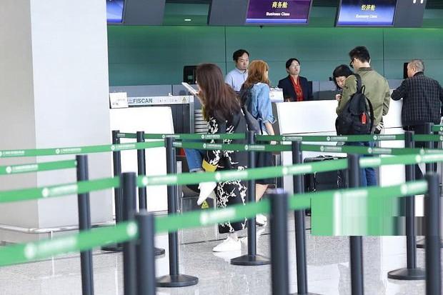 Vợ chồng Viên Vịnh Nghi - Trương Trí Lâm cãi nhau tại sân bay, mặt nặng mày nhẹ cả dọc đường - Ảnh 4.