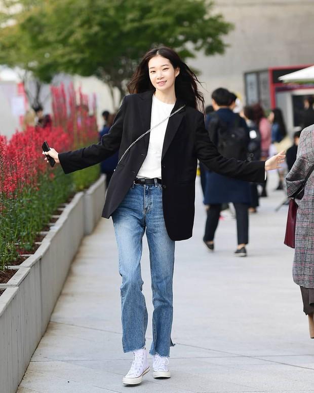 Tuyển tập bí kíp mặc đẹp ngày se lạnh dành cho bạn nằm cả ở street style tuần qua của giới trẻ Hàn - Ảnh 3.