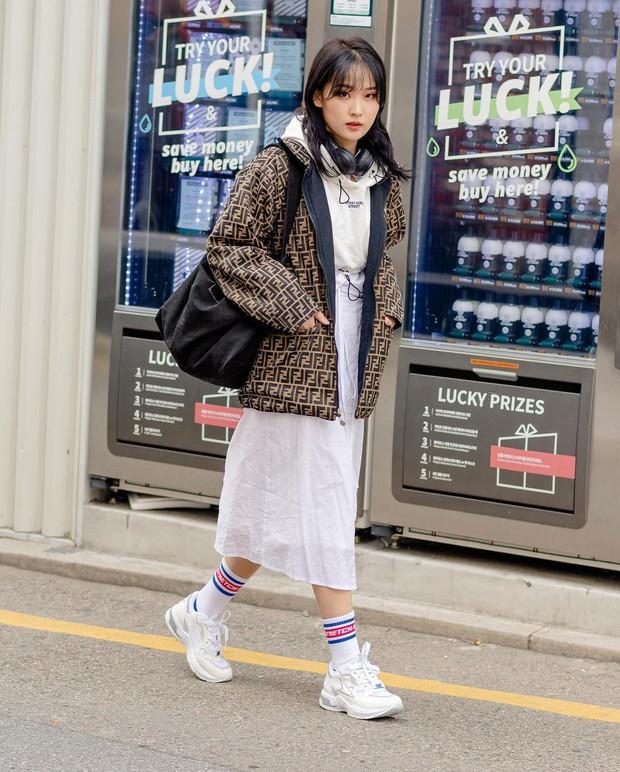 Tuyển tập bí kíp mặc đẹp ngày se lạnh dành cho bạn nằm cả ở street style tuần qua của giới trẻ Hàn - Ảnh 7.