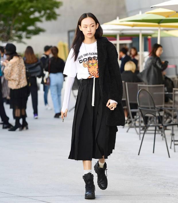 Tuyển tập bí kíp mặc đẹp ngày se lạnh dành cho bạn nằm cả ở street style tuần qua của giới trẻ Hàn - Ảnh 2.