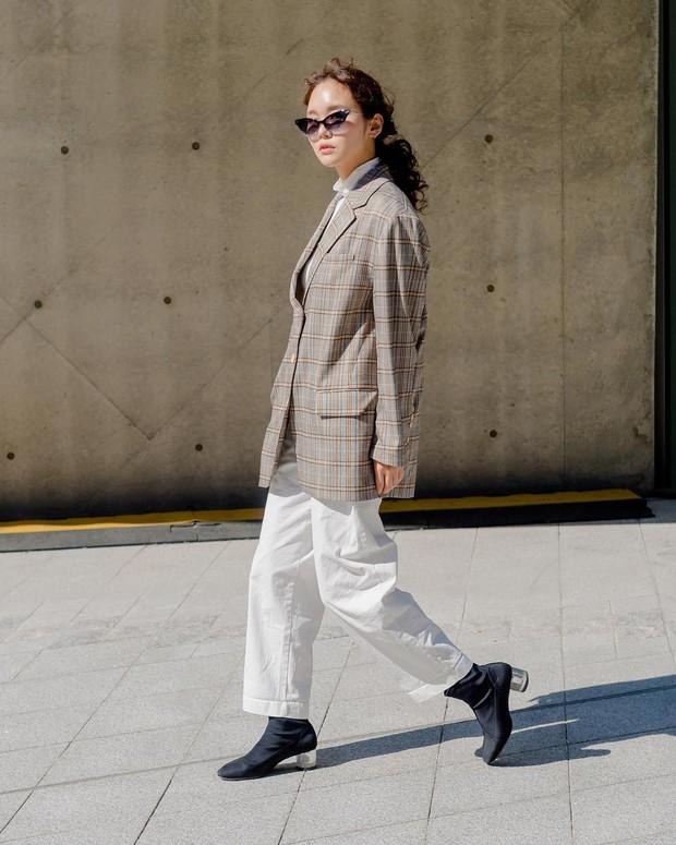 Tuyển tập bí kíp mặc đẹp ngày se lạnh dành cho bạn nằm cả ở street style tuần qua của giới trẻ Hàn - Ảnh 5.