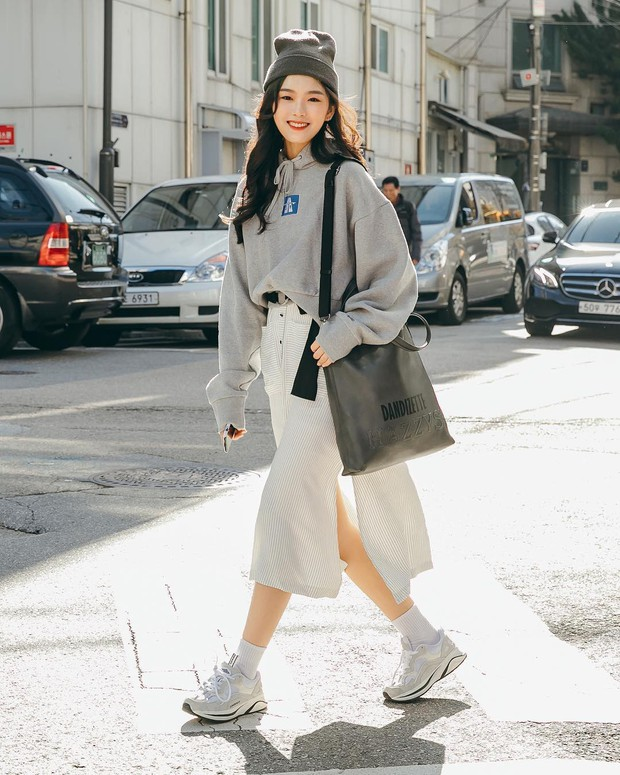 Tuyển tập bí kíp mặc đẹp ngày se lạnh dành cho bạn nằm cả ở street style tuần qua của giới trẻ Hàn - Ảnh 1.