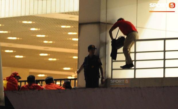 Bê bối nhân viên an ninh sân Mỹ Đình ăn tiền bị đưa lên báo nước ngoài - Ảnh 2.