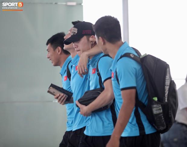 Chuyến bay của tuyển Việt Nam bị delay, Trọng Ỉn ân cần nhắc Tiến Dũng nhớ giữ passport cẩn thận!  - Ảnh 6.