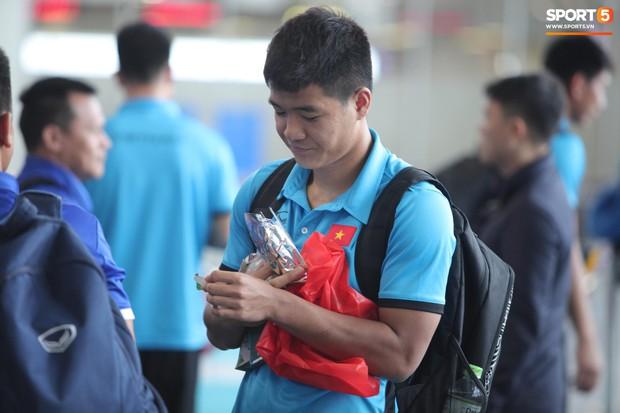 Chuyến bay của tuyển Việt Nam bị delay, Trọng Ỉn ân cần nhắc Tiến Dũng nhớ giữ passport cẩn thận!  - Ảnh 5.