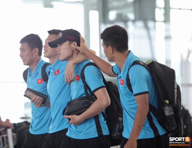 Chuyến bay của tuyển Việt Nam bị delay, Trọng Ỉn ân cần nhắc Tiến Dũng nhớ giữ passport cẩn thận!  - Ảnh 7.