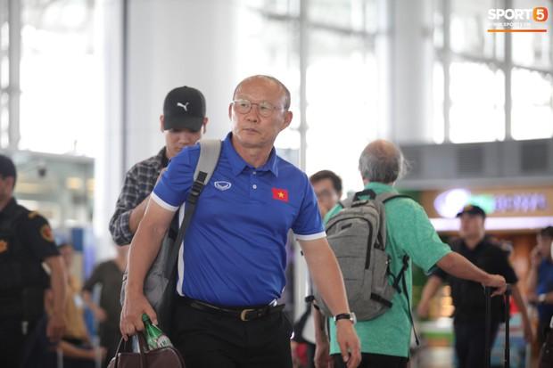 Chuyến bay của tuyển Việt Nam bị delay, Trọng Ỉn ân cần nhắc Tiến Dũng nhớ giữ passport cẩn thận!  - Ảnh 2.