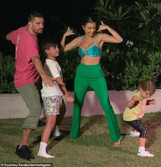 Chị cả nhà Kardashian thả rông vòng 1 táo bạo trên phố, khiến ai cũng nơm nớp lo cô lộ hàng - Ảnh 6.
