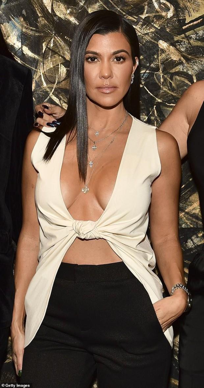 Chị cả nhà Kardashian thả rông vòng 1 táo bạo trên phố, khiến ai cũng nơm nớp lo cô lộ hàng - Ảnh 1.