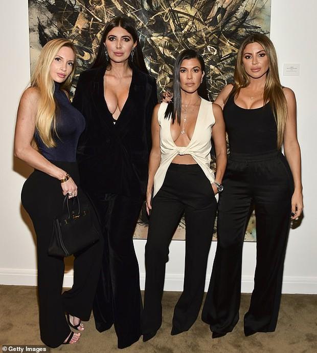 Chị cả nhà Kardashian thả rông vòng 1 táo bạo trên phố, khiến ai cũng nơm nớp lo cô lộ hàng - Ảnh 4.