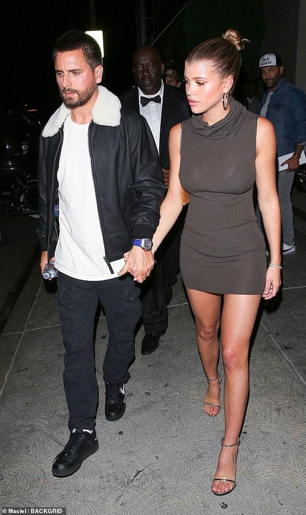 Chị cả nhà Kardashian thả rông vòng 1 táo bạo trên phố, khiến ai cũng nơm nớp lo cô lộ hàng - Ảnh 5.