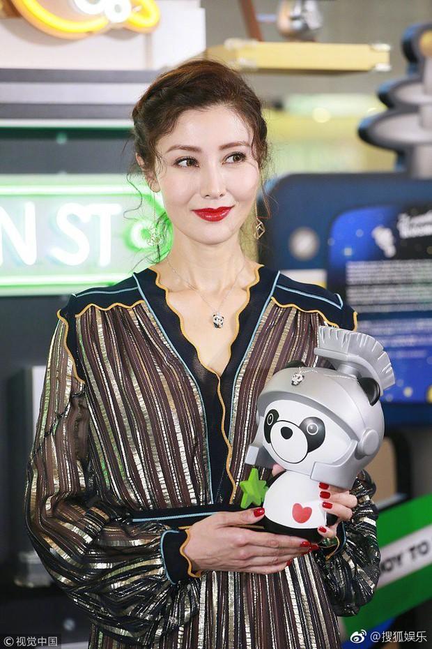 Lấy chồng đại gia, Hoa hậu đẹp nhất lịch sử Hong Kong khoe nhan sắc U50 sang chảnh, mặn mà - Ảnh 1.