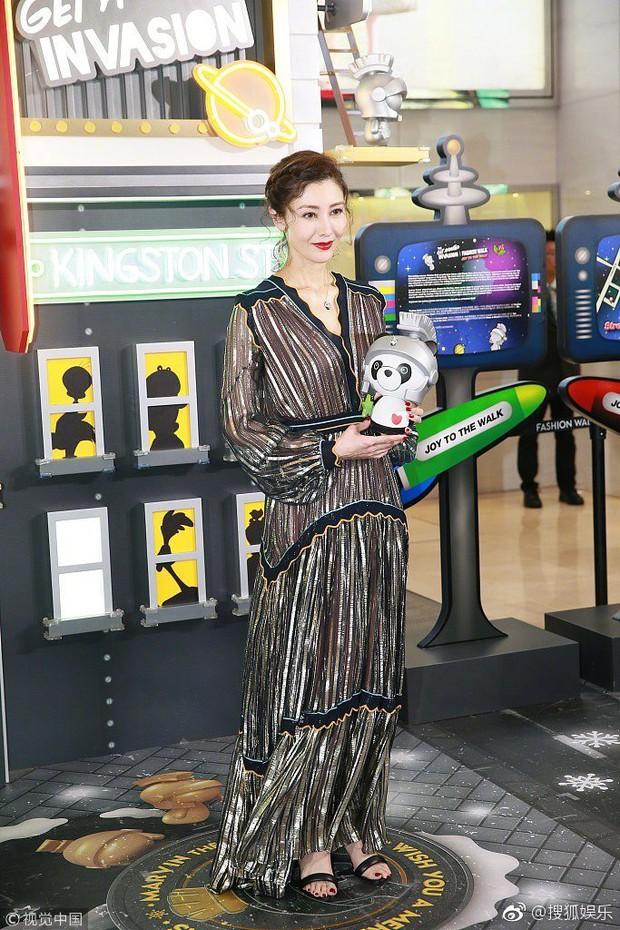 Lấy chồng đại gia, Hoa hậu đẹp nhất lịch sử Hong Kong khoe nhan sắc U50 sang chảnh, mặn mà - Ảnh 2.