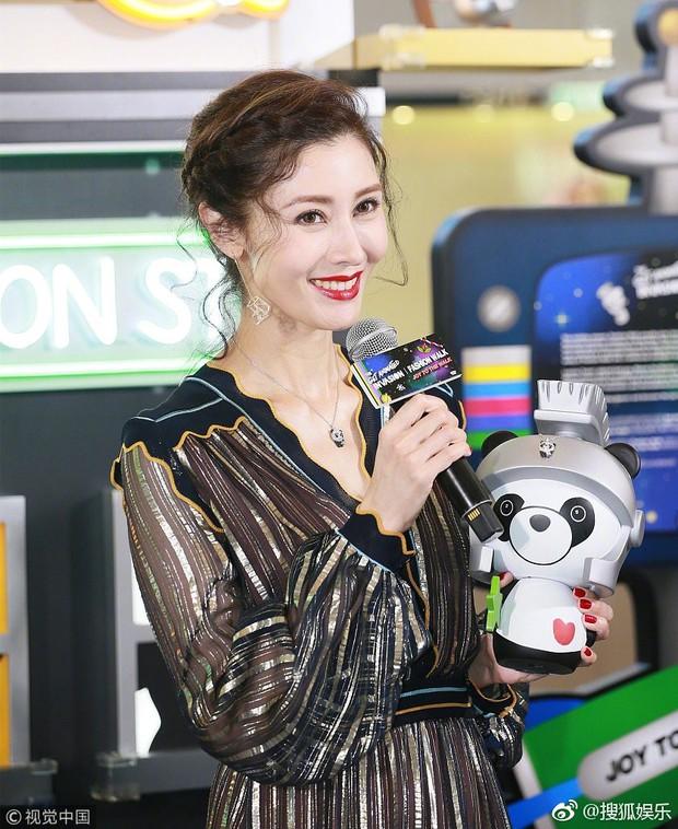 Lấy chồng đại gia, Hoa hậu đẹp nhất lịch sử Hong Kong khoe nhan sắc U50 sang chảnh, mặn mà - Ảnh 5.
