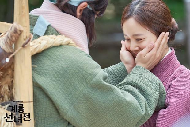 5 lí do khiến bạn không thể không yêu cô tiên Moon Chae Won chờ chồng trăm năm để đòi lại xiêm y - Ảnh 1.