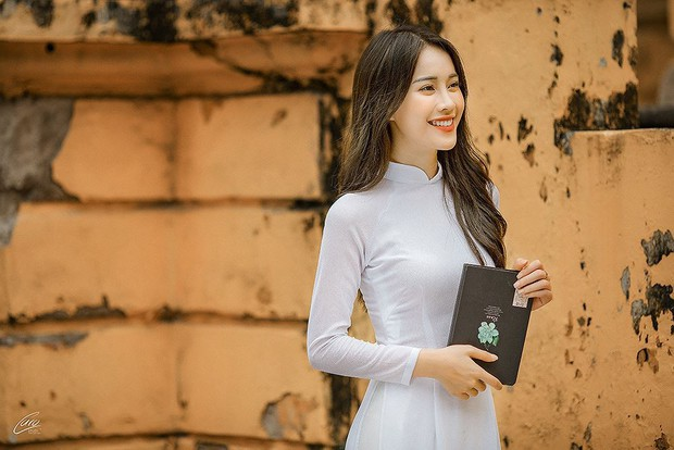 Diện áo dài cực xinh trong bộ ảnh kỷ yếu, Á khôi sinh viên Việt Nam được nhận xét tựa bản sao Nam Em, thần thái còn sang hơn - Ảnh 4.