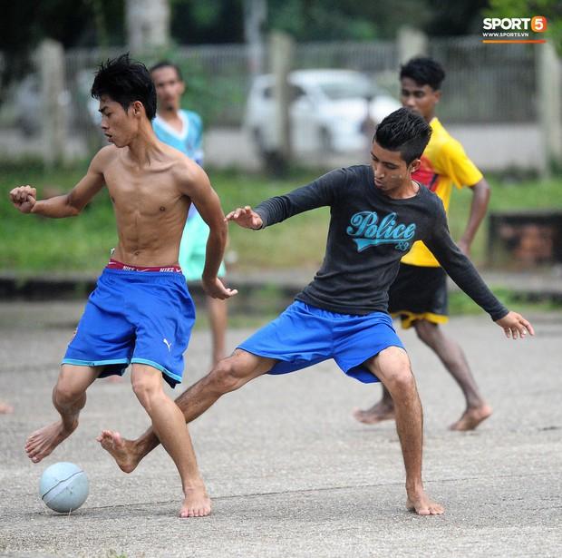 Tuyển thủ Việt Nam thích thú xem đàn ông Myanmar mặc váy, đi chân đất, đá bóng nhựa thỏa mãn đam mê - Ảnh 6.