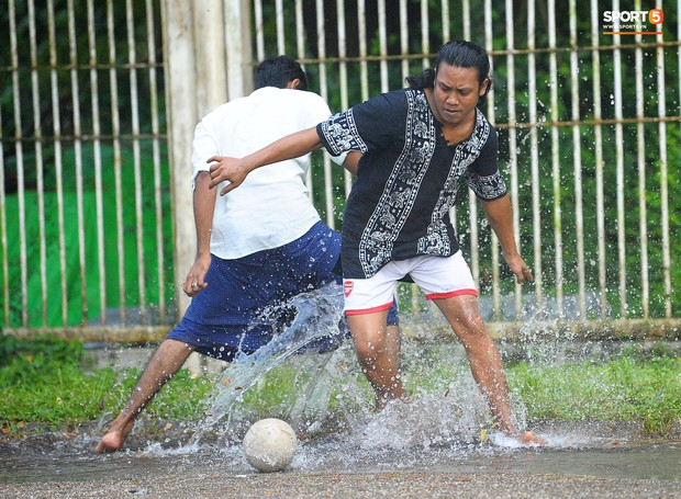 Tuyển thủ Việt Nam thích thú xem đàn ông Myanmar mặc váy, đi chân đất, đá bóng nhựa thỏa mãn đam mê - Ảnh 4.