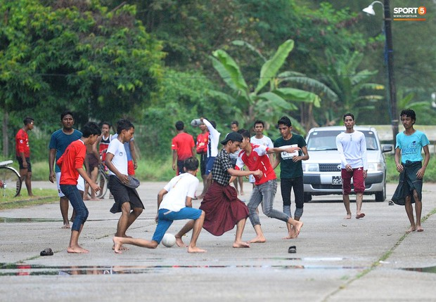 Tuyển thủ Việt Nam thích thú xem đàn ông Myanmar mặc váy, đi chân đất, đá bóng nhựa thỏa mãn đam mê - Ảnh 7.